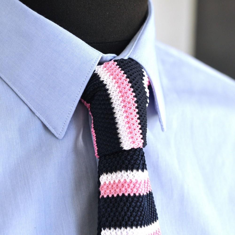 be3e9f530cc72 Cravate tricot homme à bout carré. Marine à rayures roses. Pas cher
