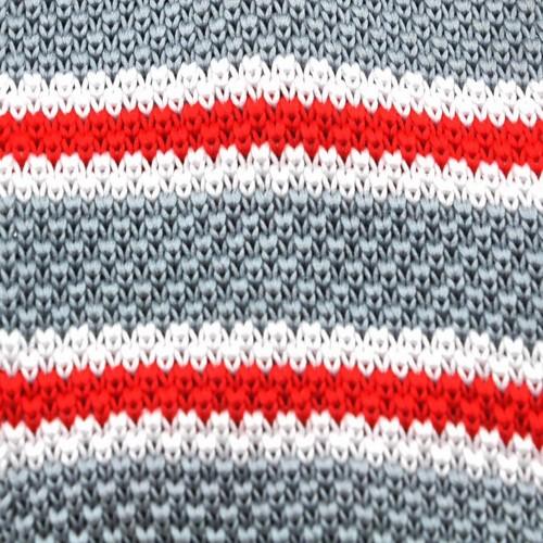 Cravate tricot à bout carré. Bleu nuit à rayures blanches et rouges.