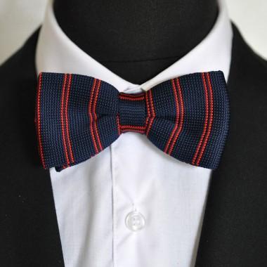 Noeud papillon en tricot. Noué. Bleu marine à rayures rouges