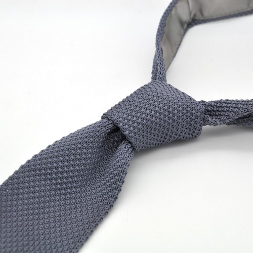 Cravate tricot pour homme. Gris Anthracite. Slim et bout carré.