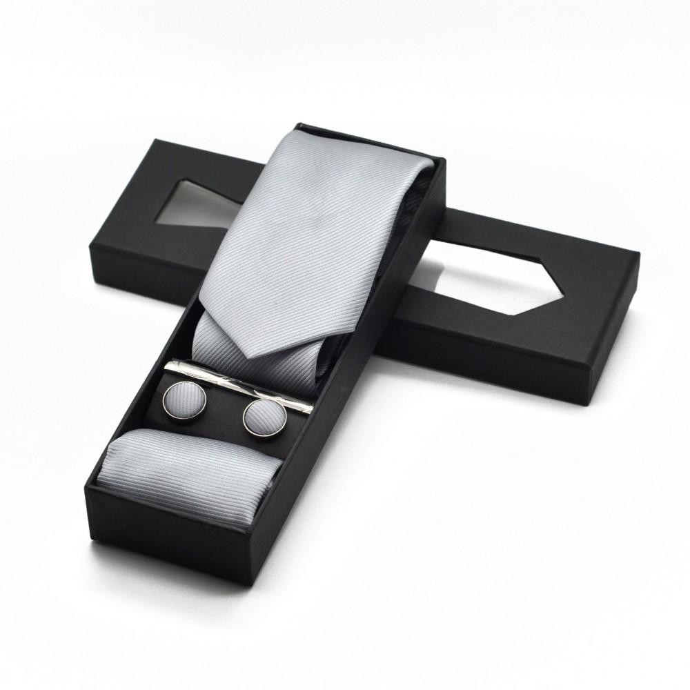 Coffret cravate, pochette, boutons de manchette et pince à cravate assortis. Gris argent