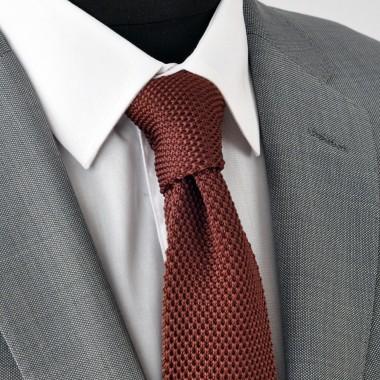 Cravate tricot pour homme. Marron foncé uni. Slim et bout carré.