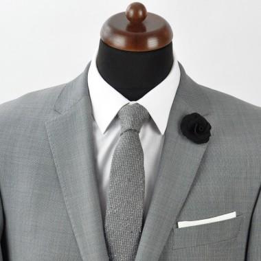 Broche Noire pour boutonnière de costume homme.