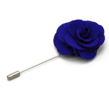 Broche Bleue pour boutonnière de costume homme.