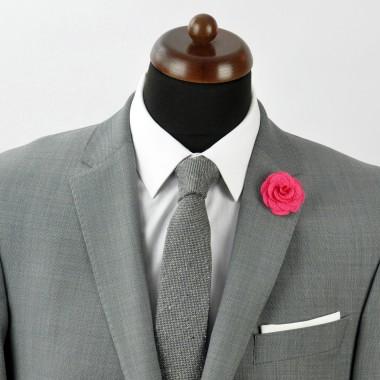 Broche Fuchsia pour boutonnière de costume homme.
