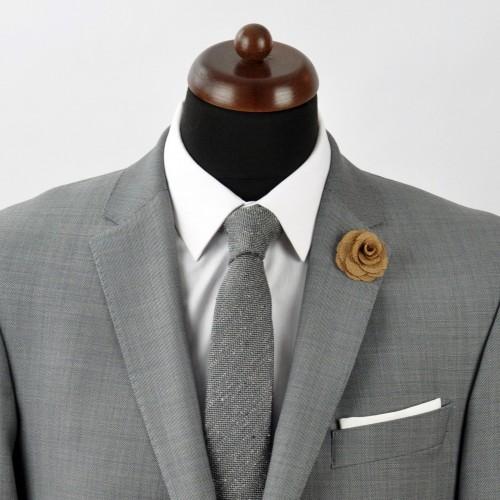 Broche Marron Mordoré pour boutonnière de costume homme.