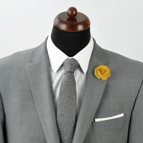 Broche Jaune Doré pour boutonnière de costume homme.
