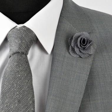 Broche Grise pour boutonnière de costume homme.