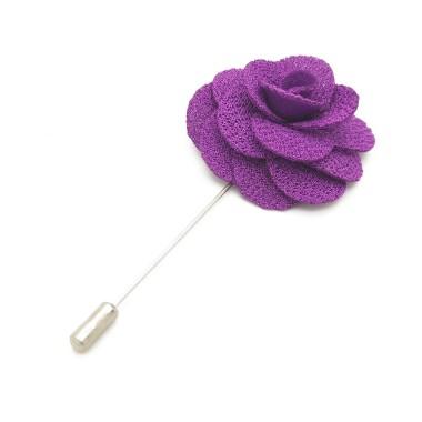 Broche Violette pour boutonnière de costume homme.