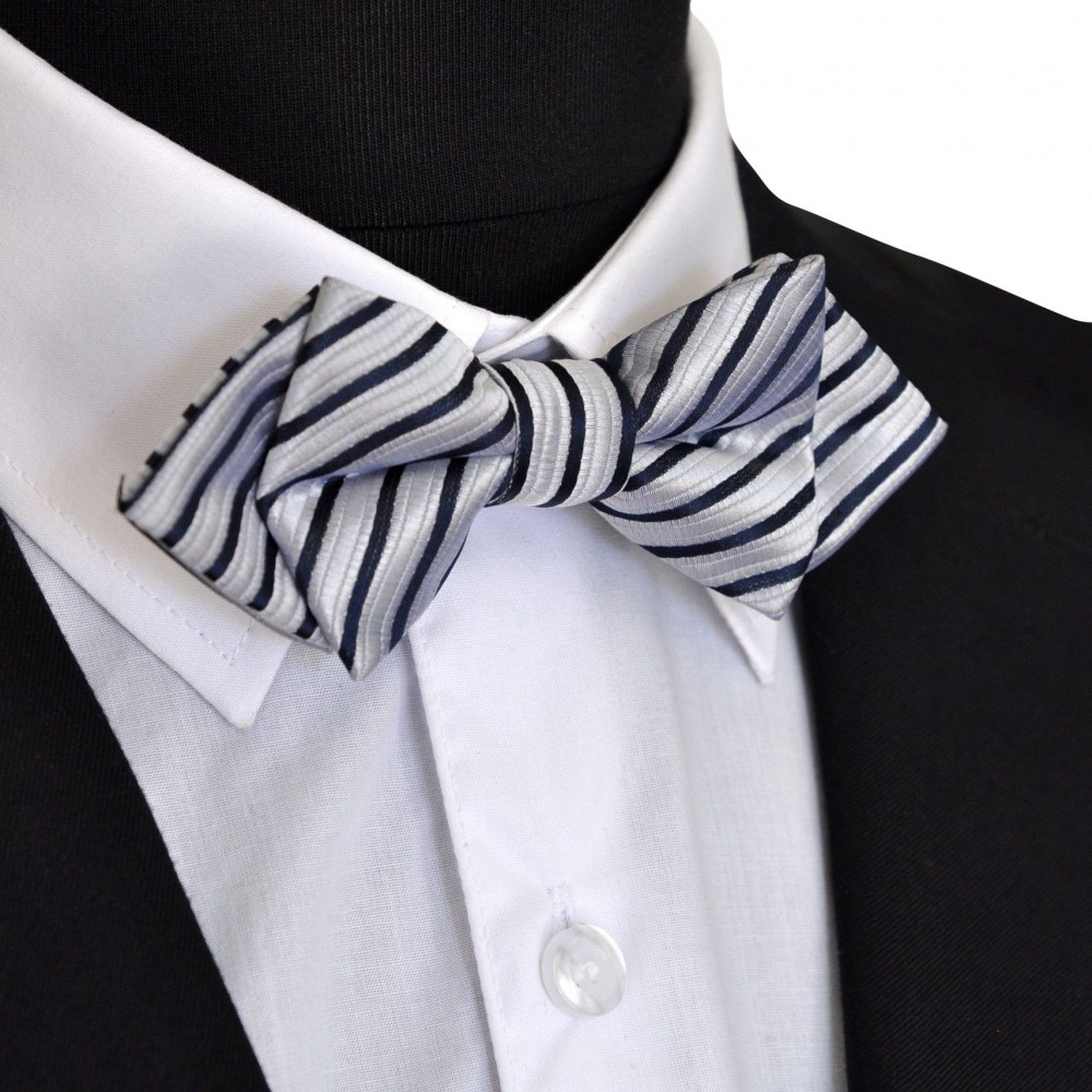 Noeud papillon Gris argent à rayures bleues marine, forme 'Dandy'. Noué, ajustable.