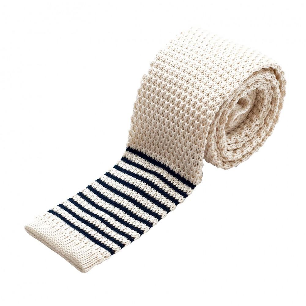 Cravate tricot à bout carré. Beige à rayures grises.